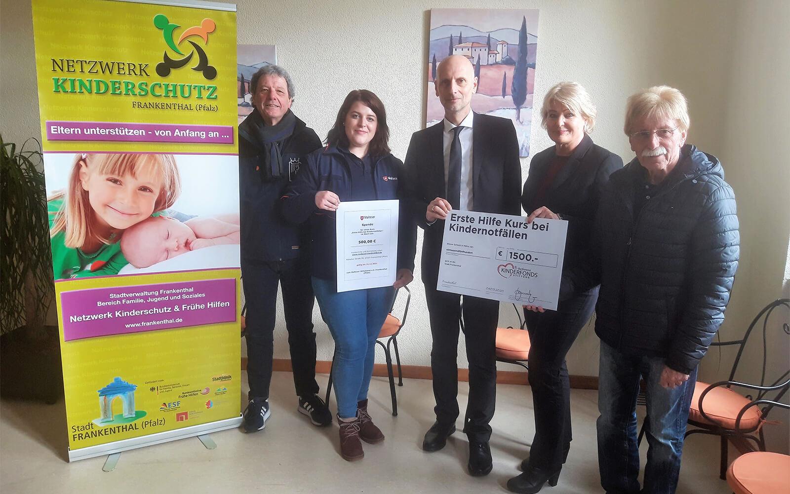 Gruppenfoto_Spendenübergabe-Gratis-Gutscheine-Kindernotfälle